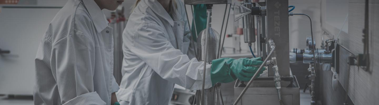 Pracownicy laboratorium wykonujący pracę