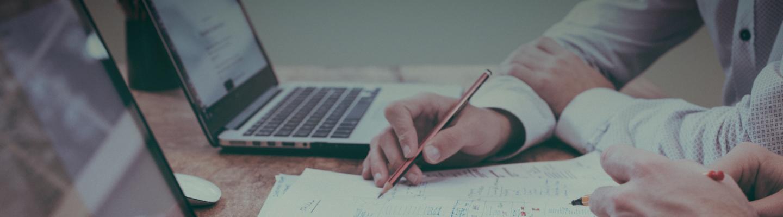 Pan piszący, robiący kalkulacje na kartce