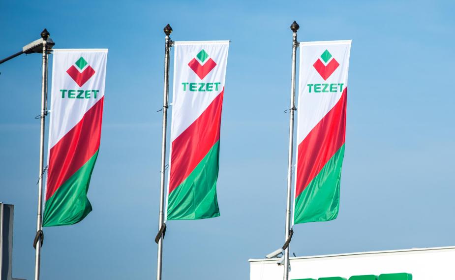 3 flagi z logo TEZET