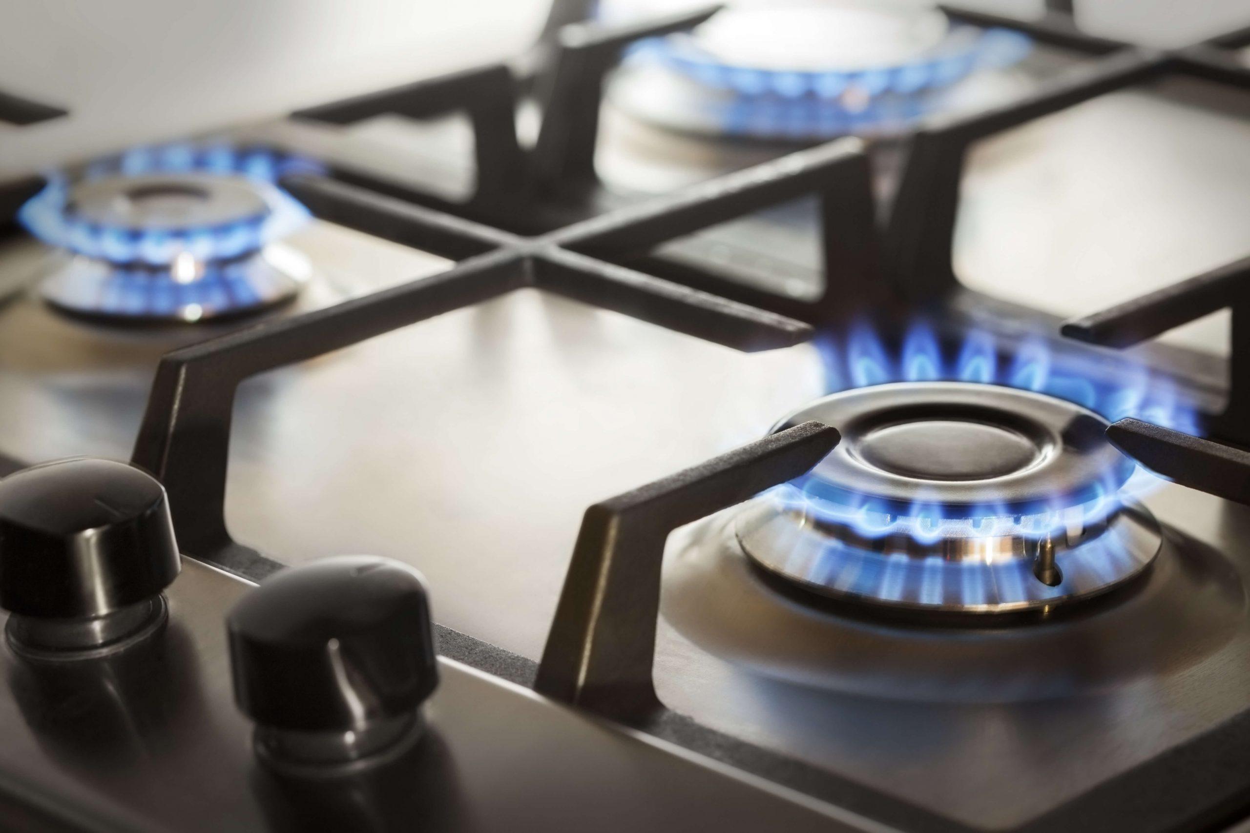 Kuchenka gazowa z włączonym gazem