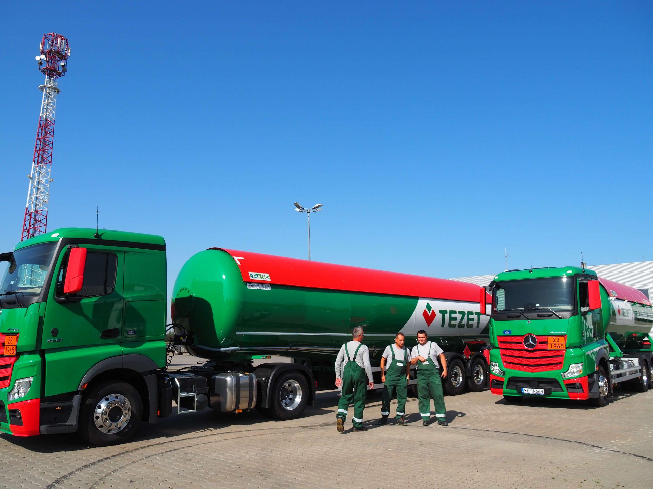 Trzech pracowników Tezet i w tle ciężarówki Tezet