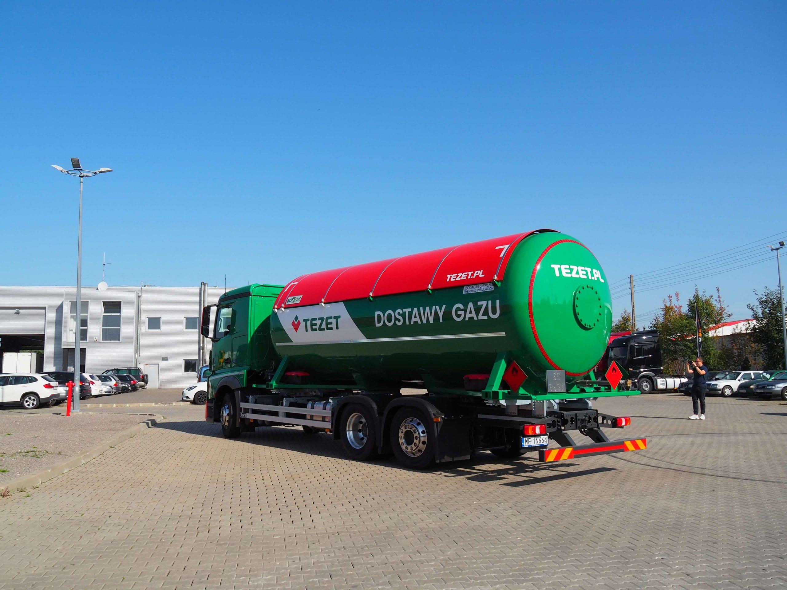 Ciężarówka Tezet na parkingu