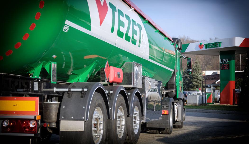 Ciężarówka Tezet stojąca na stacji paliw Tezet