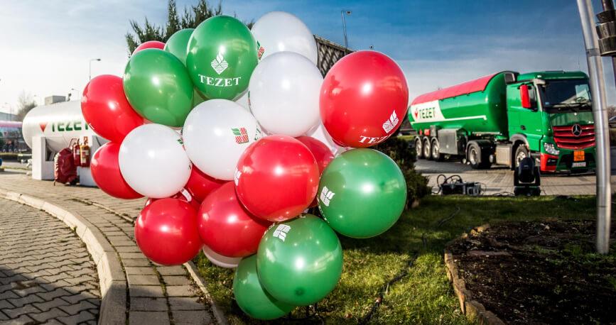 Balony z logo TEZET a w tle ciężarówki TEZET